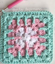 Make pastel pastel granis square motifs by step . : It& a good idea to make pastel granis square motifs during the holidays Baby Afghan Crochet Patterns, Granny Square Crochet Pattern, Crochet Flower Patterns, Crochet Mandala, Crochet Chart, Crochet Squares, Crochet Motif, Crochet Designs, Crochet Stitches