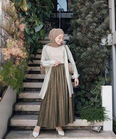 Inspirasi hijab from Hijab Fashion Summer, Modern Hijab Fashion, Hijab Fashion Inspiration, Street Hijab Fashion, Skirt Fashion, Fashion Outfits, Style Inspiration, Hijab Casual, Hijab Chic