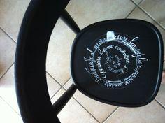 sedie scritte a mano per caffetteria
