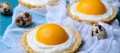 Vrolijke paastaartjes. De zoete versie van een gebakken eitje. Lekker bij de koffie of als dessert!