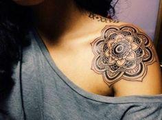 compass tattoos shoulder blade   Tatuaggi fiori di loto, ciliegio e di pesco per decorare il corpo ...