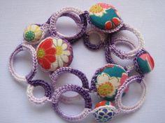 紫グラデーションのコットン糸で編んだリングをつなげてところどころに和柄のクルミボタンをはめ込みました。涼しげなデザインがこれからの季節にピッタリです。浴衣にあ...|ハンドメイド、手作り、手仕事品の通販・販売・購入ならCreema。
