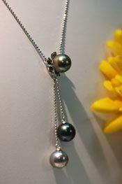 Jolie collier Tiaré avec son pendentif, le tout en argent rhodié avec trois perles de Tahiti de diamètres 10 millimètres et de couleurs verte jaune pour la première, bleu verte pour la seconde et enfin blanche pour la dernière