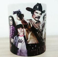 Canecas de cerâmica alto brilho com o tema Turma do Chaves The Walking Dead, acompanha caixinha personalizada com a mesma estampa da caneca. <br>Personalizamos com sua estampa favorita, e fotos. <br>Entrega rápida.