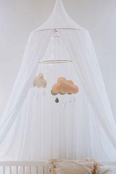 Un mobile bébé cerceau avec des nuages