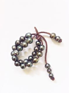 I sooo WANT this! :) Tahitian Pearls and leather Pearl Bracelet, Pearl Jewelry, Jewelery, Leather Jewelry Making, Pearl Love, Jewelry Accessories, Jewelry Design, Hawaiian Jewelry, Tahitian Black Pearls