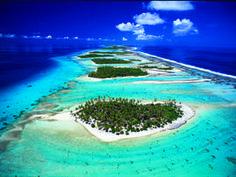 La Polynésie française compte 118 îles disséminées sur 5 millions de km² d'espace maritime, soit la moitié des eaux sous juridiction française. Composée de 5 archipels (Australes, Gambier, Marquises, Tuamotu et Société), on y recense 84 atolls, soit 20% des atolls du monde. Elle abrite près de 15 050 km² d'écosystèmes coralliens. Les eaux polynésiennes ont été identifiées comme espace à enjeux par l'UICN pour une reconnaissance au titre du patrimoine mondial de l'UNESCO.