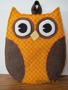 This cute owl potholder is and is lined with Insul-Bright and Warm and Natural Batting so it is useful and well as decorative! Owl Quilts, Applique Quilts, Baby Quilts, Small Sewing Projects, Sewing Crafts, Fabric Crafts, Owl Patterns, Quilt Patterns, Table Runner And Placemats