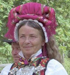Pynting av kone med Hettebunad - Magasinet Bunad. hettebunadene i Øvre Hallingdal