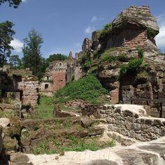 Au coeur d'un paysage de contes de fée, se dressent les ruines du Château de Schoeneck, 13° et 15°s. L'imbrication complexes de roches aux formes extravagantes et de maçonneries de différentes époques rend la visite de ce site très intéressante. Construit au 13°s puis sans cesse remanié susqu'au 16°s, il est détruit en 1680 par les troupes de Louis XIV