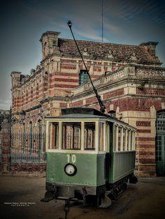 Linares, estación de Linarejos o de Madrid y monumento al tranvía.