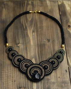 Soutache statement circle black gold necklace with agate and crystal, Embroidered beaded necklace, Fabric Jewelry, Wire Jewelry, Jewelery, How To Make Earrings, How To Make Beads, Soutache Necklace, Gold Necklace, Bohemian Jewelry, Necklace Designs