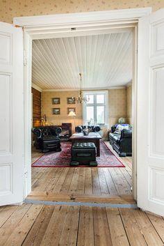Kjeller: Verksetd, 3 kjellerrom. 1. etasje: Entre, kott, 2 stuer, spisestue og kjøkken. 2. etasje: 2 soverom, garderobe, bad og loftstue. Kryploft.