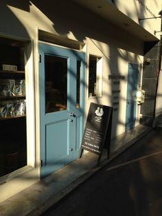 きれいな水色!|リノベーションノート(インテリア、家具、雑貨、建築、不動産、DIY、リノベーション、リフォーム) Signage Design, Cafe Design, Cafe Concept, Cafe Shop, Store Fronts, Restaurant Bar, Garage Doors, Shops, Exterior