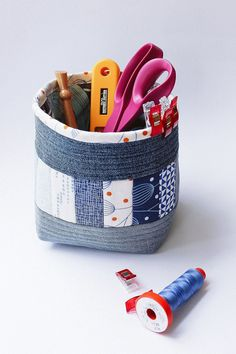 Sewing instructions for a fabric basket with recycled jeans - Diy Fabric Sewing Tutorials, Sewing Projects, Fabric Basket Tutorial, Fleurs Diy, Fabric Handbags, Ideias Diy, Diy Handbag, Sewing Class, Recycled Denim