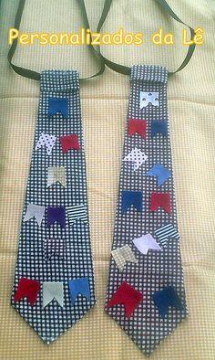 Gravata de tecido com apliques temáticos.  /   Tie fabric with themed appliques.