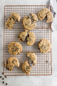 Get your caffeine fix from these chocolate chunk coffee cookies! Classic chewy chocolate chunk cookies that are laced with a hint of rich coffee flavor. Best Chocolate, Chocolate Coffee, Homemade Chocolate, Yummy Treats, Delicious Desserts, Sweet Treats, Gourmet Desserts, Vegan Treats, Plated Desserts