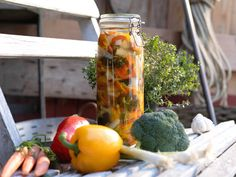 Inlagda grönsaker i ättikslag som håller i Daily Bread, Squash, Pickles, Zucchini, Stuffed Peppers, Homemade, Snacks, Canning, Vegetables