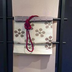ピンクの北斎模様にワインレッドに近い赤の帯締め | http://store.eizi.jp/clumn/2535