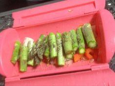 Fabulosa receta para Espárragos trigueros (verdes) en vaporera al microondas. Siempre aprovechar las verduras de temporada para preparar con la ayuda del microondas y la vaporera platos sanos sin perder mucho tiempo en la cocina, y si apenas manchar nada... Asparagus, Healthy Recipes, Healthy Food, Menu, Vegetables, Tupperware, Al Dente, Scrappy Quilts, Vegetarian Food