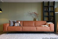 Grote bank in stoer leer - Woonwinkel Alle Pilat Friesland Le Pilates, Daybed, Sofas, Ikea, New Homes, House Design, Couch, Living Room, House Styles