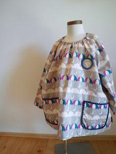サイズ100~110cmコットン100%後ろに掛け紐が付いています。ネームプレートと紐の文字は、手刺繍です。|ハンドメイド、手作り、手仕事品の通販・販売・購入ならCreema。