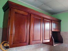 Cocina de madera cedro,  módulo aéreo con mueble para microondas.