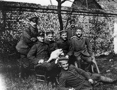 Roku 1933 se moci v Německu ujali nacisté, pod vedením Adolfa Hitlera. Ten byl v průběhu první světové války dobrovolníkem bavorského 16. záložního pěšího pluku bezprostředně. Zde po mobilizaci 3. srpna 1914 (Hitler na snímku první zprava). Zdroj: Bundesarchiv Bild 146-1974-082-44, CC-BY-SA-3.0-de