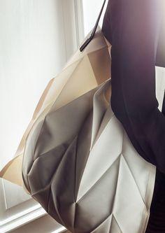 Två välkända designföretag i ett unikt samarbete. Nu får vi äntligen se den hittills topphemliga kollektionen Iittala X Issey Miyake.