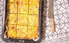 Zucchini and carrot slice - a terrific lunchbox staple Easy Caramel Fudge Recipe, Fudge Recipes, Lunch Box Recipes, Snack Recipes, Lunchbox Ideas, Yummy Recipes, Vegan Recipes, Zucchini And Carrot Slice, Brot