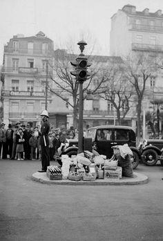 Assim era o natal em Lisboa em 1930. Os lisboetas presenteavam desta forma os polícias sinaleiros da capital. Fotografia Arquivo Municipal de Lisboa #lisboa
