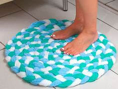 Make bath rugs from old towels that you don& use - . Make bath rugs from old towels that you don& use – … Diy Bath Mats, Old Towels, Bath Towels, Towel Crafts, Towel Rug, Braided Rugs, Bath Rugs, Rug Making, Craft Projects