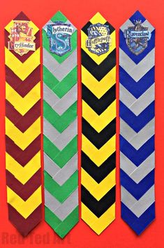 Love these awesome chevron house colour paper bookmarks, including free house badge printables. Perfect for all Harry Potter fans Harry Potter Diy, Marque Page Harry Potter, Carte Harry Potter, Harry Potter House Colors, Harry Potter Bricolage, Harry Potter Bookmark, Theme Harry Potter, Harry Potter Birthday, Harry Potter Printable Bookmarks