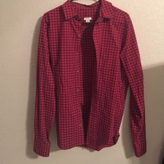 Fossil Flannel Shirt Men's size small. (Fits like women's large) worn once--perfect condition. Looks super cute and casual over shirts or tied around waist with jeans! Fossil Tops Button Down Shirts