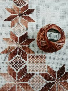 Maria Enid Vargas Quesada Discover thousands of images about ., Love the verigated thread, any color! Dresser scarf or table?This post was discovered by Maria Enid Vargas Quesada. Discover (and save!) your own Posts on Unirazi.Tips å bruke garn som Cross Stitch Borders, Cross Stitch Flowers, Cross Stitch Charts, Cross Stitch Designs, Cross Stitching, Cross Stitch Patterns, Swedish Embroidery, Hardanger Embroidery, Cross Stitch Embroidery