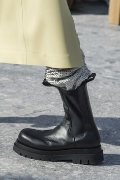bottega veneta shoes Fashion Shows - Bottega Veneta Herbst/Winter 2019 Ready-to-Wear - Details Mens Boots Fashion, Fashion Pants, Fashion Shoes, Women's Fashion, Fashion Backpack, Cheap Fashion, Winter Fashion, Fashion Trends, Women's Shoes