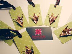 Tags Poá de papel francês + Tsuru de Origami de papel washi.  http://www.meirehirata.com/