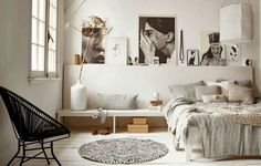 wysoki sufit w sypialni,pomysł na sypialnię z wysokim sufitem,monochromatyczne aranzacje sypialni,sypialnia w monochromatycznych barwach,skandynawska sypialnia w odcieniach beżu i szarości,szary kolor w sypialni,beżowy kolor w sypialni,lniana pościel,tkane narzuty z wełny,czarny fotel acapulco,metalowo-sznurkowe fotele,skandynawski fotel,skandynawski styl,białe wazony,okragły dywanik w sypialni,naturalny len pościel
