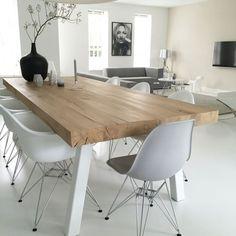 Afbeeldingsresultaat voor eames stoelen aan eiken tafel