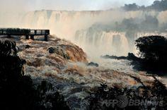 南米ブラジルのフォス・ド・イグアス(Foz do Iguacu)で、豪雨のため増水した世界遺産「イグアスの滝(Iguazu Falls)」の眺め(2014年6月12日撮影)。(c)AFP/Norberto Duarte ▼13Jun2014AFP|濁流にかかる虹、ブラジル・イグアスの滝 http://www.afpbb.com/articles/-/3017614 #Iguazu_Falls