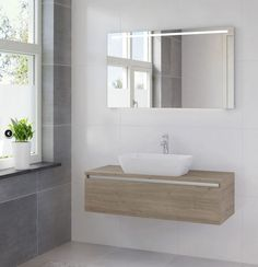 Badmeubel Faro heeft een massieve, enkele wastafel, een solide bovenblad en een greeploze onderkast. Een luxe badmeubel met een eigen karakter. Faro badmeubelen zijn verkrijgbaar met spiegel of spiegelkast, beiden met luxe led-verlichting. De verwarmde spiegel blijft altijd helder, heeft een modern aluminium kader en horizontale led- en wastafelverlichting. De spiegelkast is van aluminium en heeft dubbelzijdige spiegeldeuren. In de spiegelkast vindt u een handige contactdoos met…