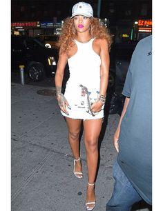 Rihanna sorprende en una mini skirt de mezclilla