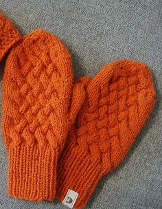 Orange Cabled Knit Mittens Pattern | This mittens knitting pattern is so cute and stylish!