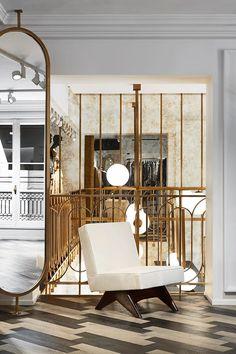 Con una paleta cromática formada exclusivamente por blanco, negro y mostaza, esta tienda de lujo mayúsculo en la pequeñita pero matona Croisette de Cannes, es un paraíso para quienes, como yo, adoramos los interiores espaciosos, elegantes y conmuchos acentos metálicos, especialmente dorados. La lámpara escultural que se intuye en esta primera imagen es realmente espectacular, …