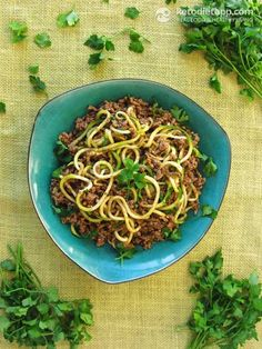 "Quick Beef Ragù with ""Zoodles"" (low-carb, paleo, Clean Eating Challenge), 5.7 net carbs per serving"