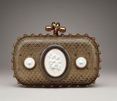 Bottega Veneta célèbre les 250 ans de KPM http://www.vogue.fr/mode/news-mode/diaporama/bottega-veneta-celebre-les-250-ans-de-kpm/15191