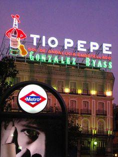 Madrid, Spain El aviso luminoso de Tío Pepe !! El que fuera un emblema de muchísimos años en la puerta del Sol, lamentablemente ya no esta.