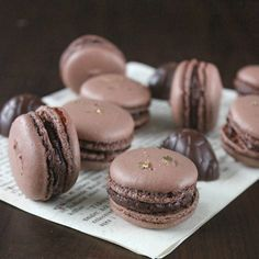 Opskrift: Macarons med skildpaddeganache Kid Desserts, Cookie Desserts, Sweets Recipes, Cookie Recipes, Yummy Treats, Sweet Treats, Denmark Food, Macaron Cookies, Breakfast Cake