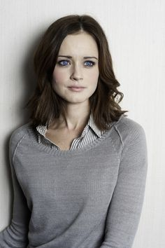 Kimberly Alexis Bledel (born September is an American actress, model and producer. She is known for her role as Rory Gilmore in The WB/The CW comedy-drama Gilmore Girls. Estilo Rory Gilmore, Rory Gilmore Style, Rory Gilmore Hair, Alexis Bledel, Black Haircut Styles, Short Hair Styles, Zooey Deschanel, Cara Delevingne, Pretty People