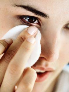 Mit diesem Tipp kannst du wasserfeste Mascara am besten entfernen.